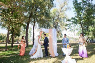 Свадебная арка с помпонами