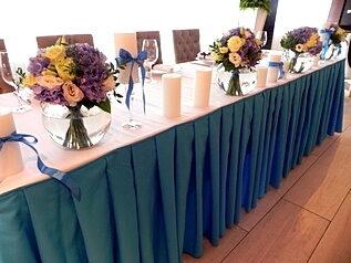живые цветы на столе молодых